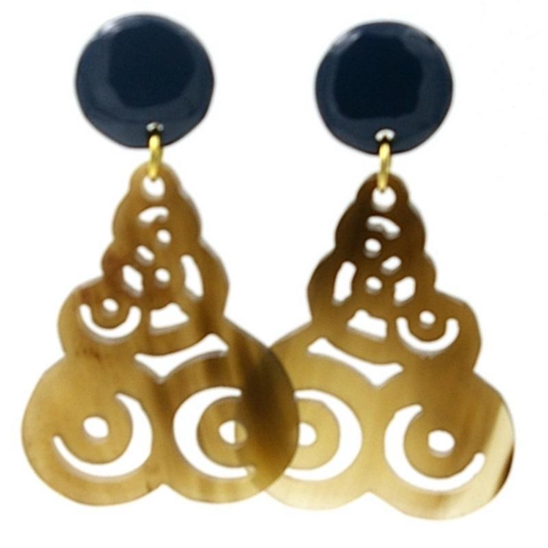 Oorbellen buffelhoorn hangend ornament met donkerblauwe knop