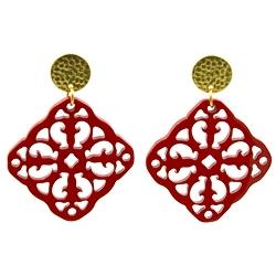 Oorbellen buffelhoorn ornament vierkant rood lacquer met gouden knop