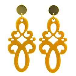 Oorbellen buffelhoorn ornament lang abricot lacquer met gouden knop