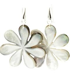Oorbellen mother of pearl bloem grijs met zilveren haakjes