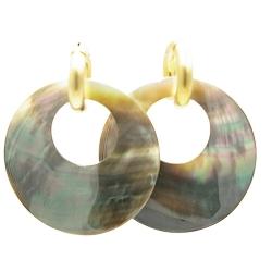 Oorbellen mother of pearl oorbellen rond met gouden creolen