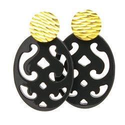 Oorbellen buffelhoorn ovaal opengewerkt zwart met gouden knop