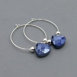 Oorbellen creolen zilver met facet geslepen druppel donkerblauw