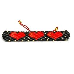 Armband plat geweven mijuki kraaltjes zwart met rode hartjes